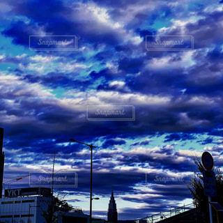 空に雲の群の写真・画像素材[2417673]