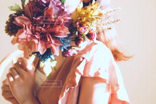 花を持っている人の写真・画像素材[2456481]