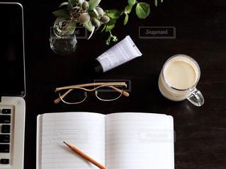 テーブルの上でコーヒーを一杯飲むの写真・画像素材[2496286]