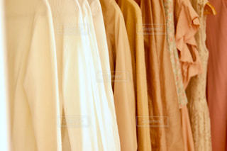壁に掛かっている服の写真・画像素材[2739497]