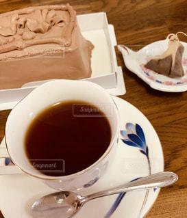 大好きなチョコレートケーキとお気に入りのティーカップで寛ぎの時間。の写真・画像素材[2624851]