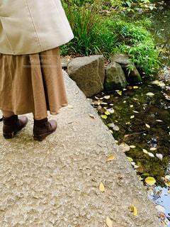石橋を渡る若い女性の足元。の写真・画像素材[2819234]