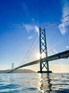 クルーザーヨットから、撮影した夕陽に輝く海面と、明石大橋。の写真・画像素材[2865069]