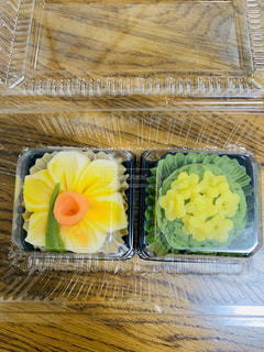 水仙と菜の花のデザインの餡ねり菓子。の写真・画像素材[2974649]