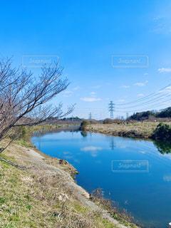 川面に映る早春の空の写真・画像素材[2990549]