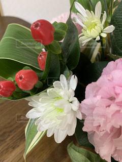 テーブルの上にピンクのお祝いアレンジメントの写真・画像素材[3089716]