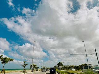 スコールが降りそうな沖縄の空の写真・画像素材[2438820]