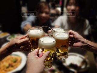 テーブル,グラス,ビール,乾杯,ドリンク