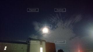 月と雲の写真・画像素材[2429663]