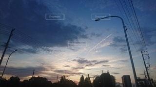 夕暮れの飛行機雲の写真・画像素材[2429664]