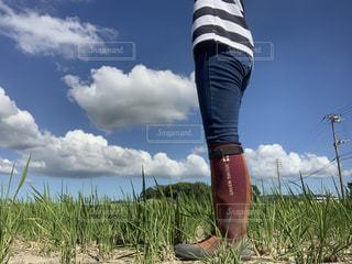 空とデニムと長靴の写真・画像素材[2424405]