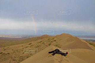 カザフスタン アイガン・クム Duneのダブルレインボーの写真・画像素材[2592307]