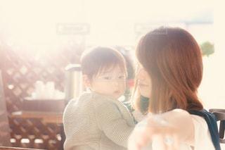 家族,2人,ファミリー,キッズ,屋外,散歩,レトロ,逆光,笑顔,赤ちゃん,幼児,フィルム,母,ママ,お母さん,フィルム写真,フィルム風,フィルムフォト