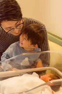 家族,ファミリー,キッズ,レトロ,逆光,笑顔,赤ちゃん,幼児,フィルム,新生児,出産,父,病院,妹,兄,お父さん,フィルム写真,お兄ちゃん,フィルム風,フィルムフォト