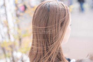風になびく髪の写真・画像素材[2470898]