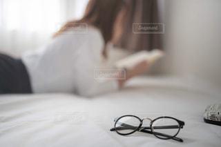 横になりながらの写真・画像素材[2487650]