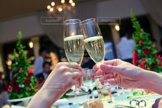 ワイングラスを持つ人の写真・画像素材[2495006]