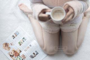 雑誌とコーヒーでまったりする女子の写真・画像素材[2506582]