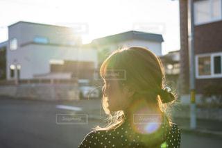 建物の前に立っている女性の写真・画像素材[2506595]