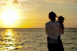 夕陽を眺める親子の写真・画像素材[2514671]