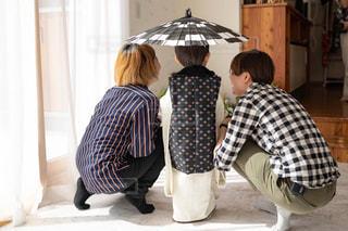 和傘をさす子供と女性たちの写真・画像素材[2559682]