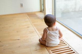 外を眺める幼児の後ろ姿の写真・画像素材[2559744]
