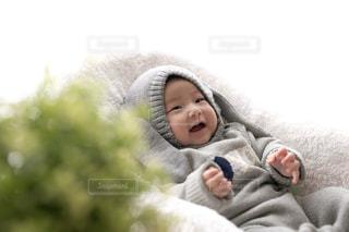赤ん坊を抱いている人の写真・画像素材[2682201]