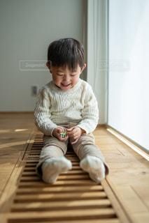 床に座っている笑顔の少年の写真・画像素材[2685834]