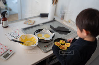 男の子が台所で食べ物を準備しているの写真・画像素材[2686374]