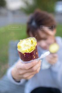 半分食べたケーキを持つ手の写真・画像素材[2687670]