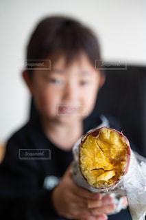 食べ物を食べている人の写真・画像素材[2690467]