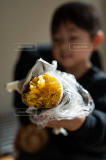 サツマイモを食べる少年の写真・画像素材[2690470]