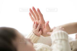 ママと赤ちゃんの手の写真・画像素材[2700976]