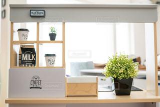 テーブルの上に家具と花瓶でいっぱいの部屋の写真・画像素材[2730219]