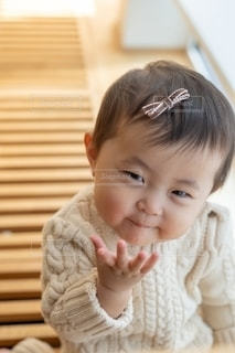 窓の前に座っている赤ん坊の写真・画像素材[2742169]