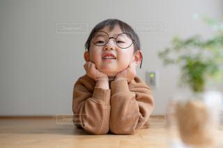 子ども,ファッション,キッズ,アクセサリー,リビング,屋内,室内,男子,子供,眼鏡,観葉植物,こども,男の子,自宅,丸眼鏡,おしゃれ,メガネ,アイウェア,黒縁眼鏡