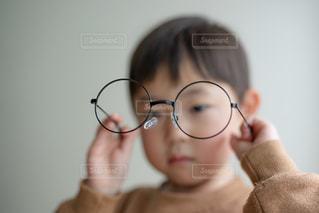 眼鏡のなかを覗く男の子の写真・画像素材[2768908]