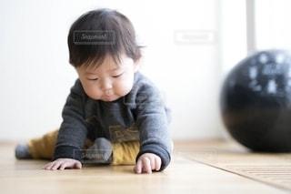 テーブルの上に座っている小さな子供の写真・画像素材[2776966]