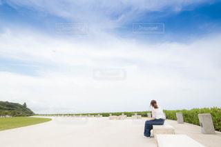 ベンチに座っている人の写真・画像素材[2792823]