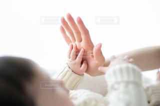 赤ん坊を抱く手の写真・画像素材[2805979]