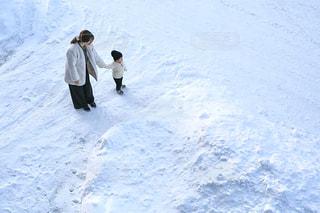 雪に覆われた斜面をスノーボードに乗っている男の写真・画像素材[2809918]