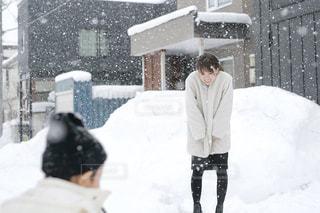 雪の中に立っている人の写真・画像素材[2809916]