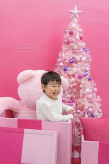 ピンクのシャツを着た小さな男の子の写真・画像素材[2822570]