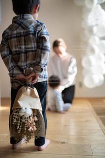 ママに花束をあげようとしている男の子の写真・画像素材[2838186]