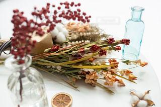 テーブルの上に異なる種類の食べ物をトッピングした白い皿の写真・画像素材[2842253]