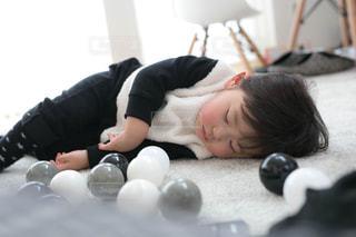 子ども,1人,ファッション,屋内,黒,モノクロ,昼寝,白黒,男子,子供,寝顔,人物,人,モノトーン,幼児,睡眠,コーディネート,男の子,コーデ,絨毯,ねんね,ラグ,カーペット,ブラック,黒コーデ,ゆか,ブラックカラー
