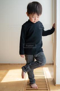 子ども,1人,ファッション,キッズ,屋内,黒,チェック,モノクロ,子供,床,人物,壁,人,モノトーン,幼児,少年,コーディネート,コーデ,ブラック,黒コーデ,ブラックカラー