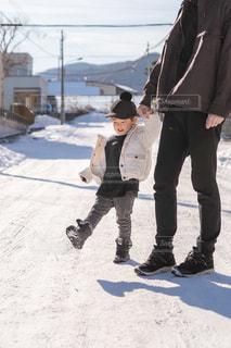 男性,子ども,ファッション,風景,冬,キッズ,雪,屋外,親子,黒,コート,チェック,帽子,子供,人物,人,コーディネート,コーデ,積雪,ジャケット,ブラック,黒コーデ,ブラックカラー