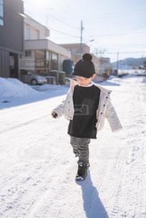 子ども,ファッション,自然,風景,キッズ,雪,屋外,黒,コート,帽子,子供,人物,オシャレ,人,コーディネート,コーデ,ジャケット,ブラック,黒コーデ,ブラックカラー