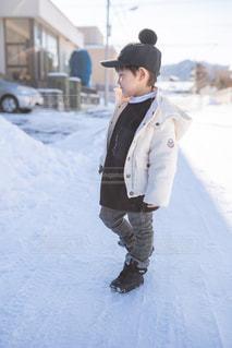 子ども,1人,ファッション,自然,風景,冬,雪,屋外,黒,コート,チェック,帽子,子供,人物,人,服,コーディネート,コーデ,ジャケット,おしゃれ,ブラック,黒コーデ,ブラックカラー